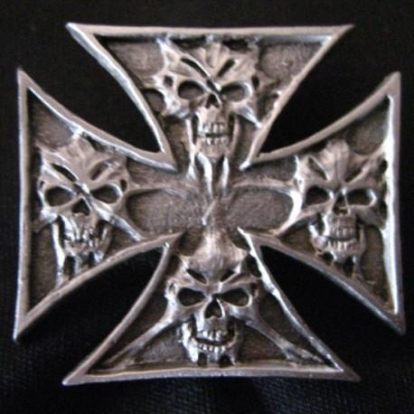 pin-skulls-in-cross